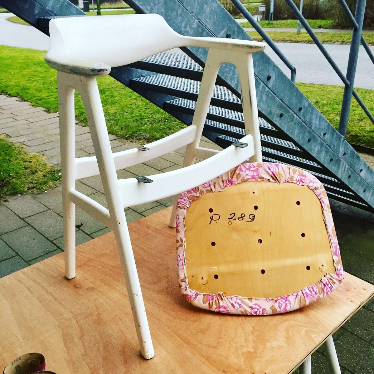 Jeg skilte stolen ad. Med denne tyde stole er det forholdsvis simpelt, i det at sædet kan skrues af og så strippe det for det gamle betræk.