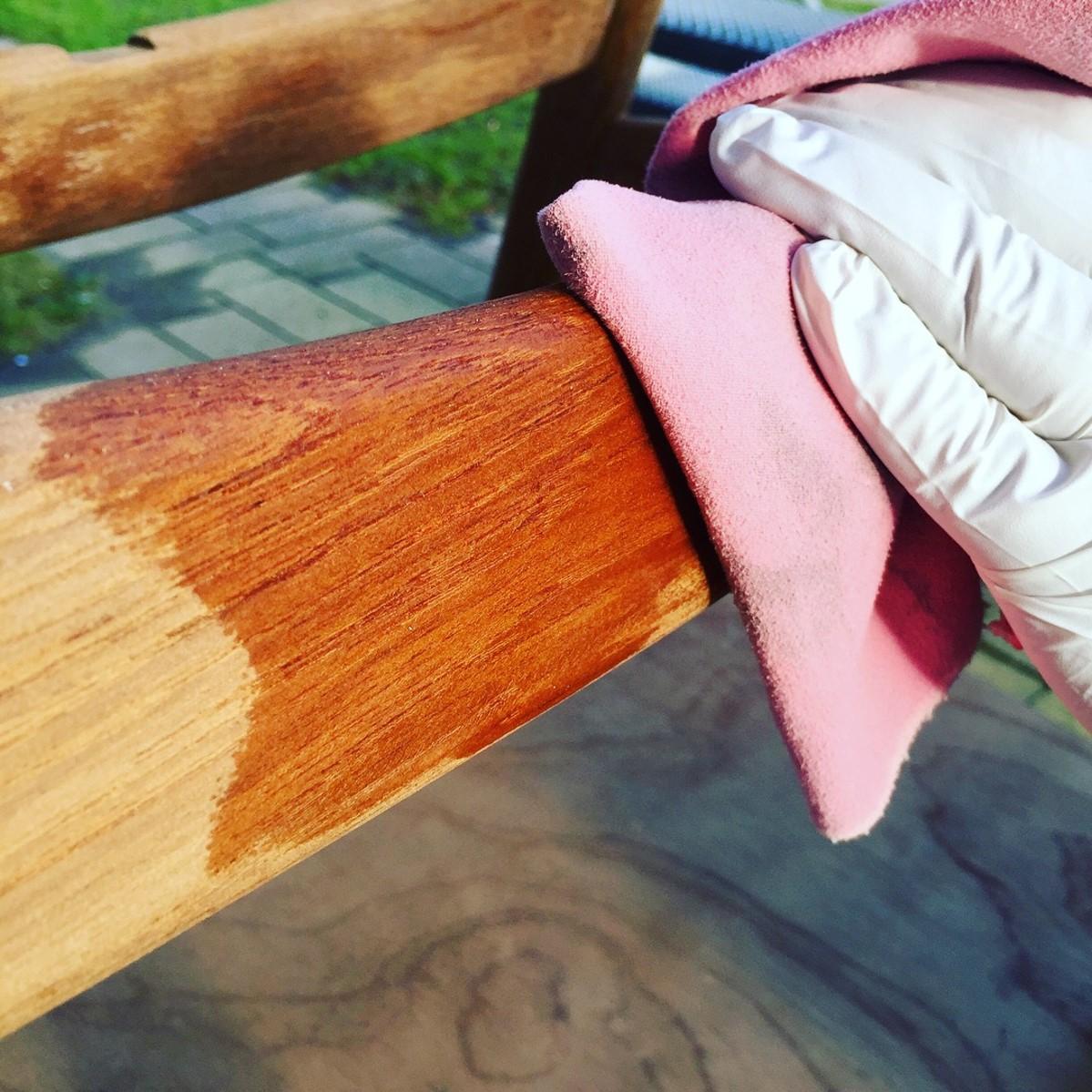 Brug en blød og fnugfri klud - gerne med handsker, til at oliere. Husk at lad olien blive suget ind i træet, hvilket tager cirka 15 - 20 minutter.