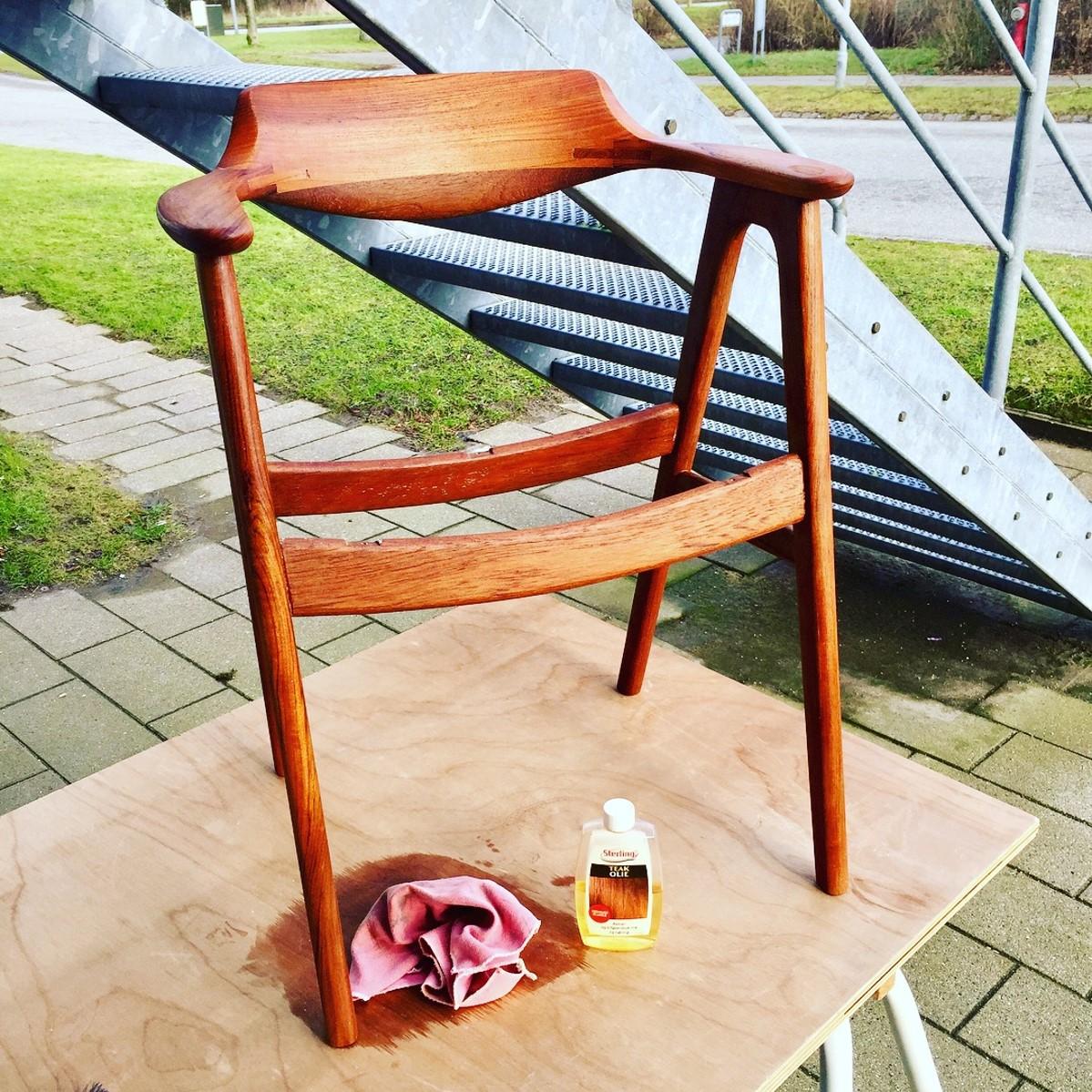 Fortsæt så med hele stolen, til den har fået et jævnt lag teaktræs olie overalt. Gentag gerne processen, men husk at lade olien trække ordentlig ind.