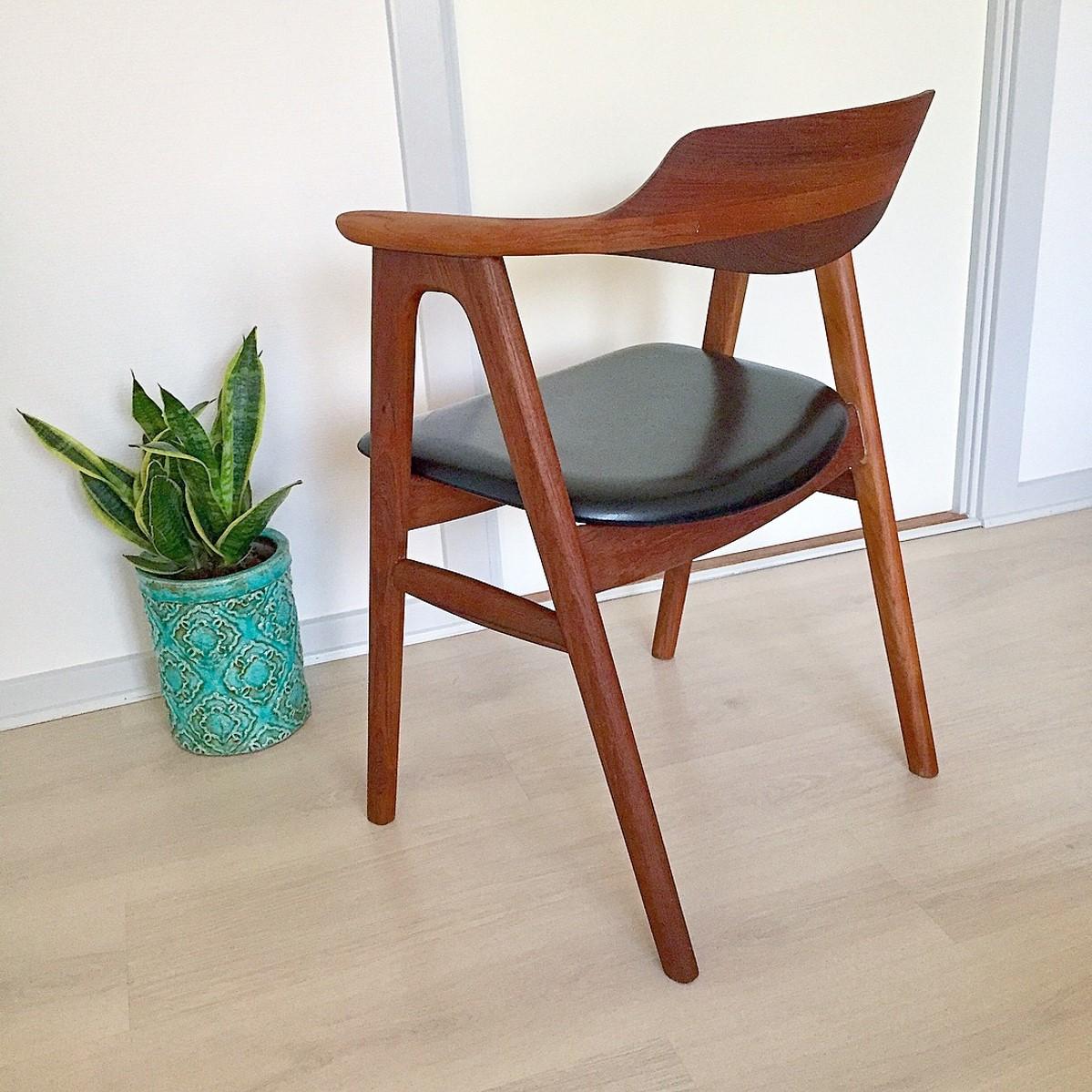 Har efterfølgende fundet ud af at stolen er designet af Erik Buch tilbage i 60'erne.